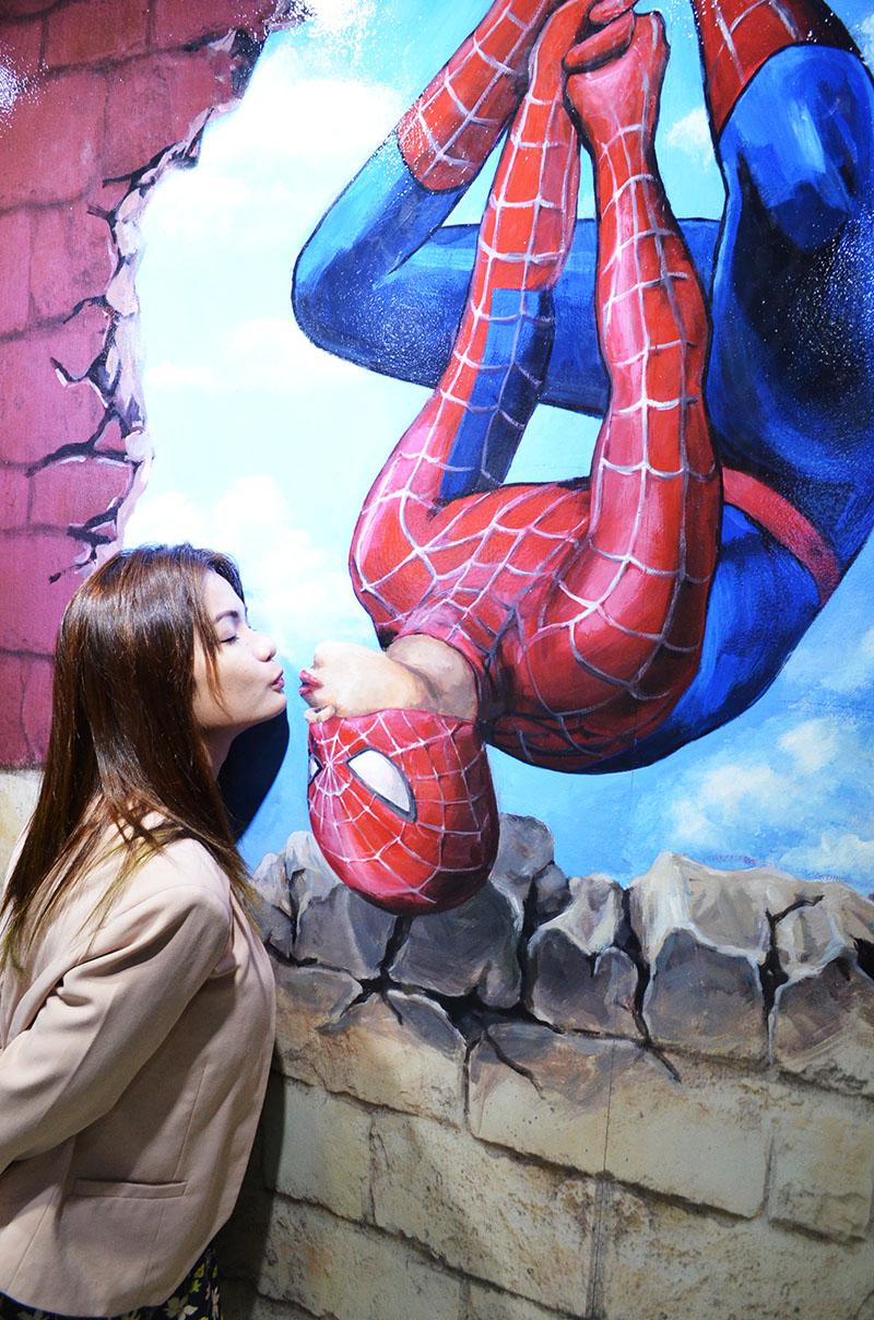 Spiderman And Black Cat Kiss Scene